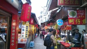 I never got a picture at the time (I don't like having my camera out when it's that crowded...always scared someone's going to snatch it!) but this is a street similar to the one where we ate supper on Zhong Shan Lu